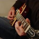 Jak początkujący powinien się uczyć grać na gitarze?